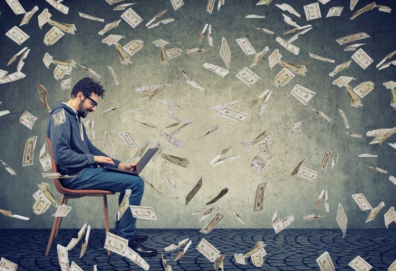Το άτομο που χρησιμοποιεί ένα lap-top που χτίζει τα σε απευθείας σύνδεση χρήματα επιχειρησιακής απόκτησης κάτω από τους λογαριασμ στοκ φωτογραφίες με δικαίωμα ελεύθερης χρήσης