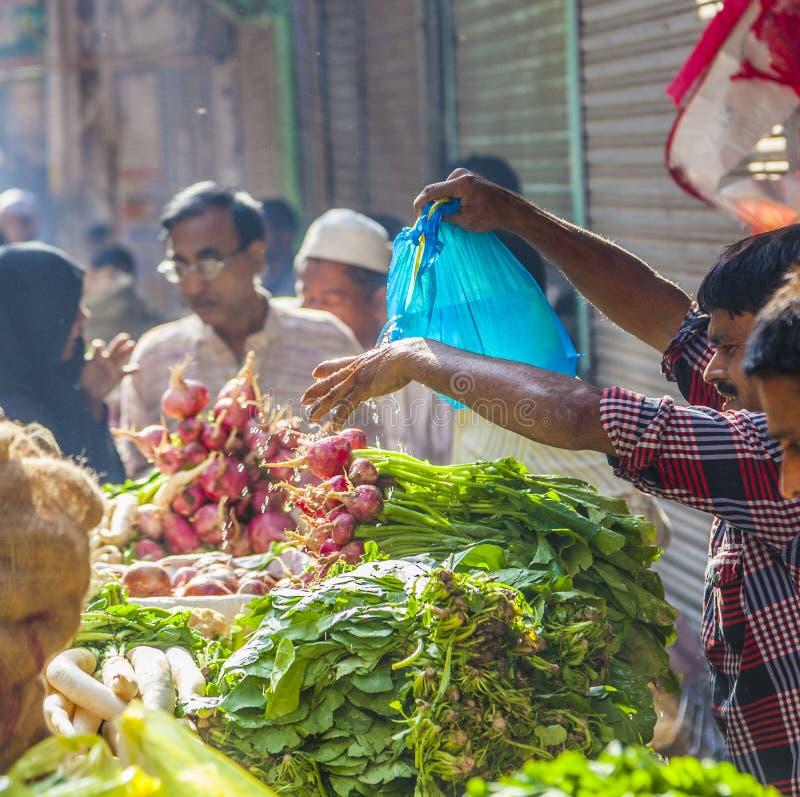 Το άτομο πωλεί τις μπανάνες στον παλαιό στοκ φωτογραφία με δικαίωμα ελεύθερης χρήσης