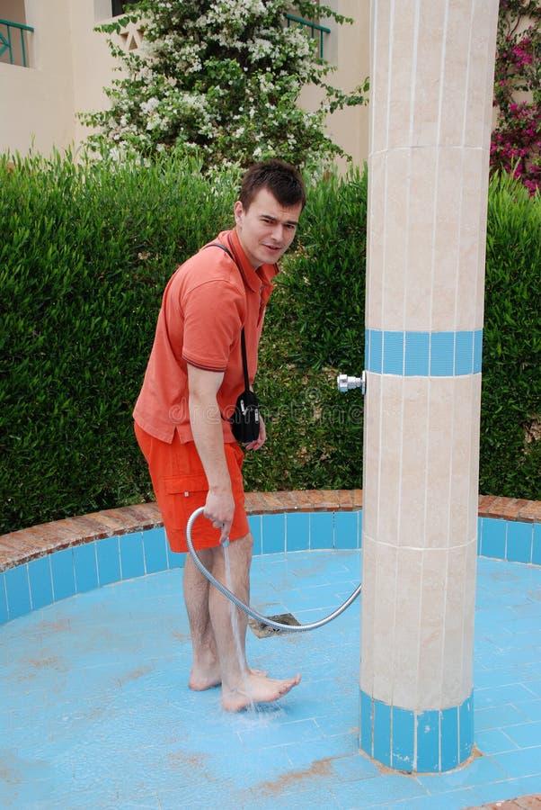 Το άτομο πλένει τα πόδια της ψυχής στην οδό στοκ εικόνες με δικαίωμα ελεύθερης χρήσης
