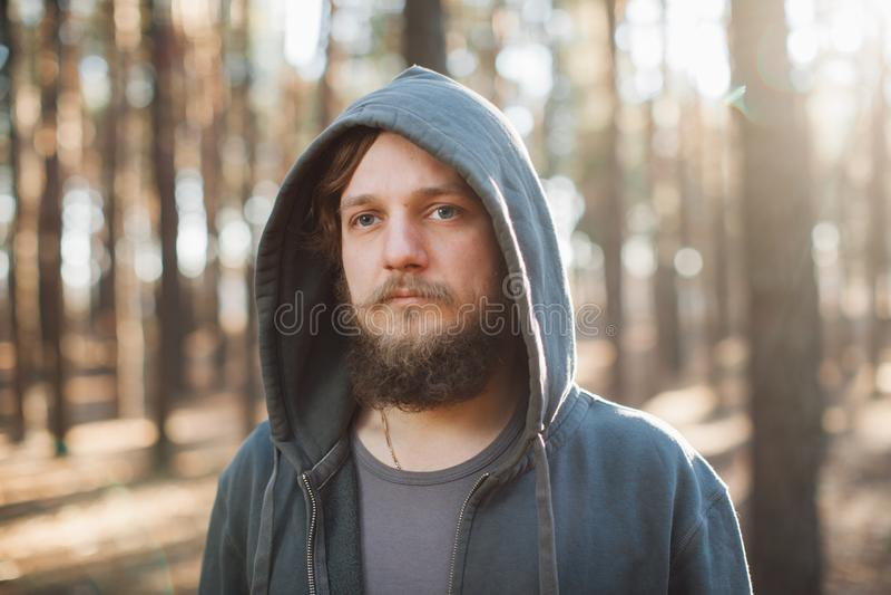 Το άτομο στέκεται στο δάσος και ακριβώς τη χαλάρωση που ντύνονται όπως τα homies στο σκούρο μπλε goodie στοκ εικόνες
