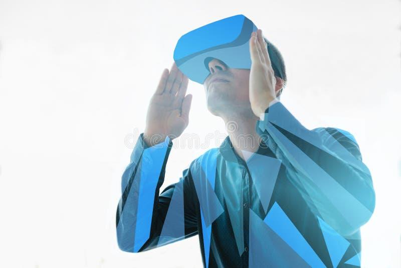 Το άτομο στα γυαλιά της εικονικής πραγματικότητας Η έννοια των σύγχρονων τεχνολογιών και των τεχνολογιών του μέλλοντος VR γυαλιά στοκ φωτογραφίες