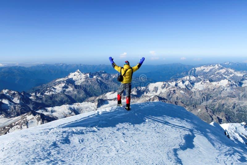 Το άτομο στην κορυφή Elbrus υποστηριγμάτων στοκ εικόνες με δικαίωμα ελεύθερης χρήσης