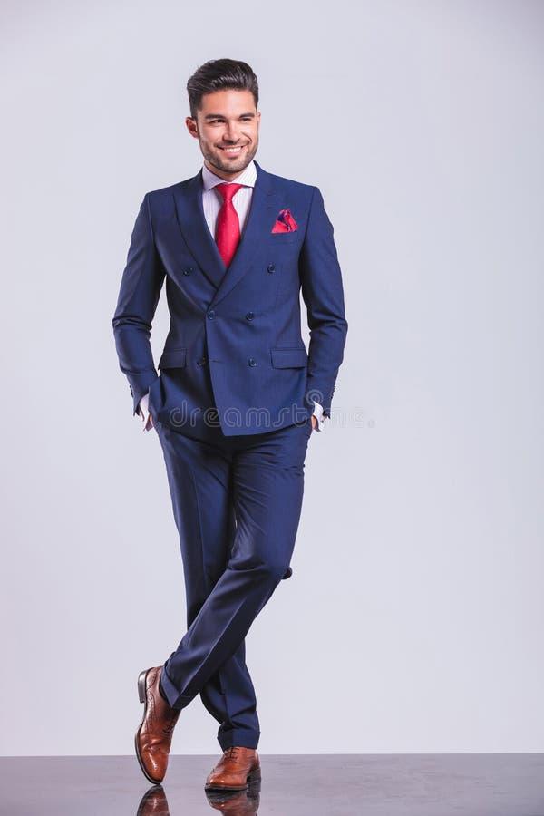 Download Το άτομο στο κοστούμι που θέτει τα πόδια που διασχίζονται ενώ έχοντας παραδίδει τις τσέπες Στοκ Εικόνες - εικόνα από down, τύπος: 62722048