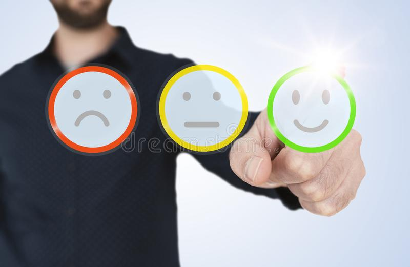 Το άτομο στο μπλε πουκάμισο σχετικά με τη διαφανή διεπαφή με τα κουμπιά smiley εκτίμησης, πελάτης ανατροφοδοτεί την έννοια στοκ φωτογραφίες με δικαίωμα ελεύθερης χρήσης