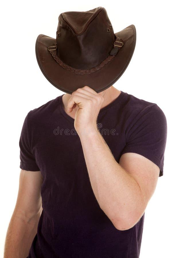 Το άτομο στο πορφυρό πρόσωπο καπέλων κάουμποϋ πουκάμισων έκρυψε στοκ εικόνα