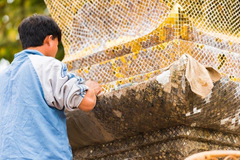 Το άτομο σχεδιάζει ένα μωσαϊκό σε Louangphabang, Λάος Κινηματογράφηση σε πρώτο πλάνο στοκ εικόνες με δικαίωμα ελεύθερης χρήσης