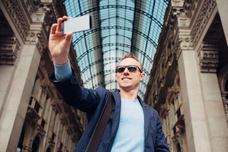 Το άτομο τουριστών παίρνει τη φωτογραφία του σε Galleria Vittorio Emanuele στο Μιλάνο στοκ φωτογραφίες με δικαίωμα ελεύθερης χρήσης