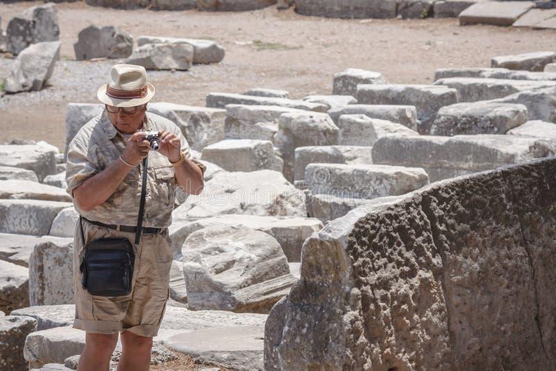 Το άτομο τουριστών πυροβολεί τις φωτογραφίες σε Ephesus στοκ εικόνα