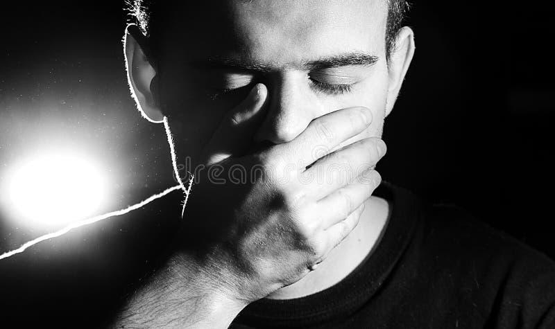 Το άτομο, τύπος, hipster, κλείνει το στόμα του, δεν μιλά κανένα κακό, δεν βλέπει στοκ εικόνες