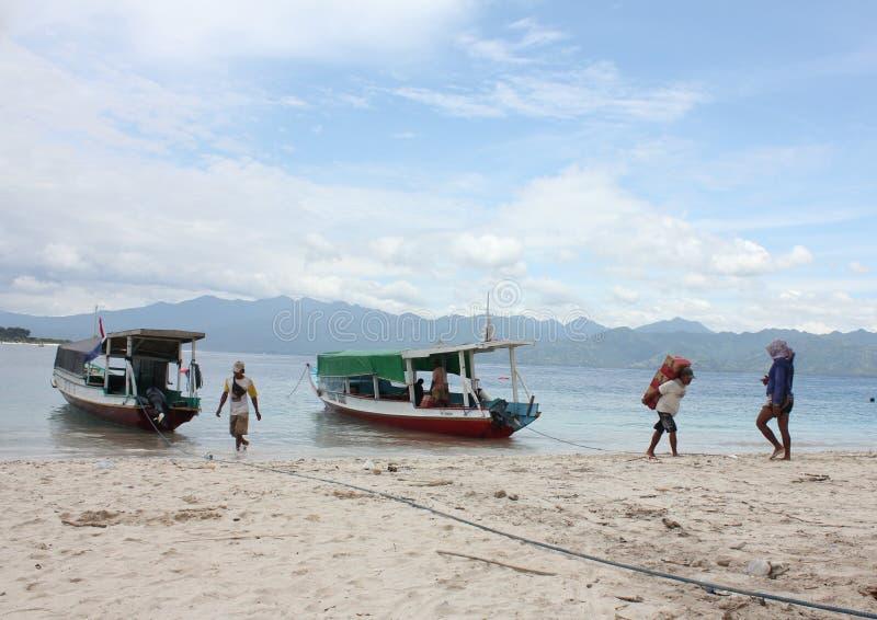 Το άτομο φέρνει τη προσφορά τροφίμων στο νησί στοκ εικόνες
