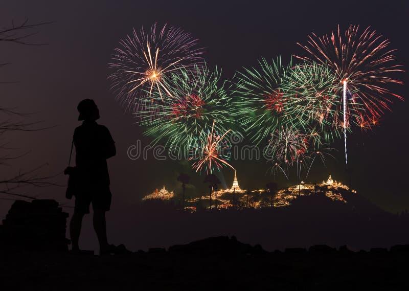 Το άτομο φαίνεται πυροτεχνήματα διακοπών στον ουρανό βραδιού στοκ φωτογραφίες