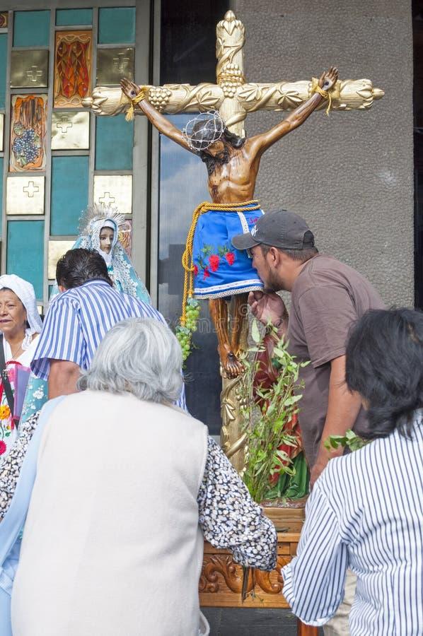 Το άτομο φιλά crucifix στοκ εικόνες