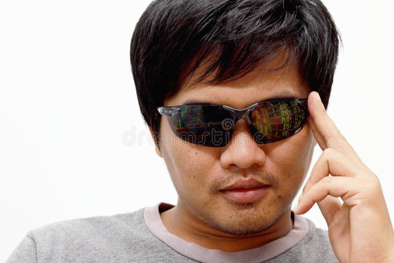 Το άτομο φορά ένα ζευγάρι των φουτουριστικών έξυπνων γυαλιών στοκ φωτογραφία με δικαίωμα ελεύθερης χρήσης