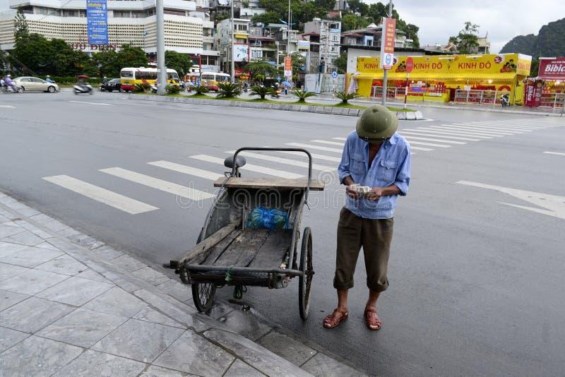 Το άτομο φορτωτών μετρά τα χρήματα για την εργασία στοκ εικόνα με δικαίωμα ελεύθερης χρήσης