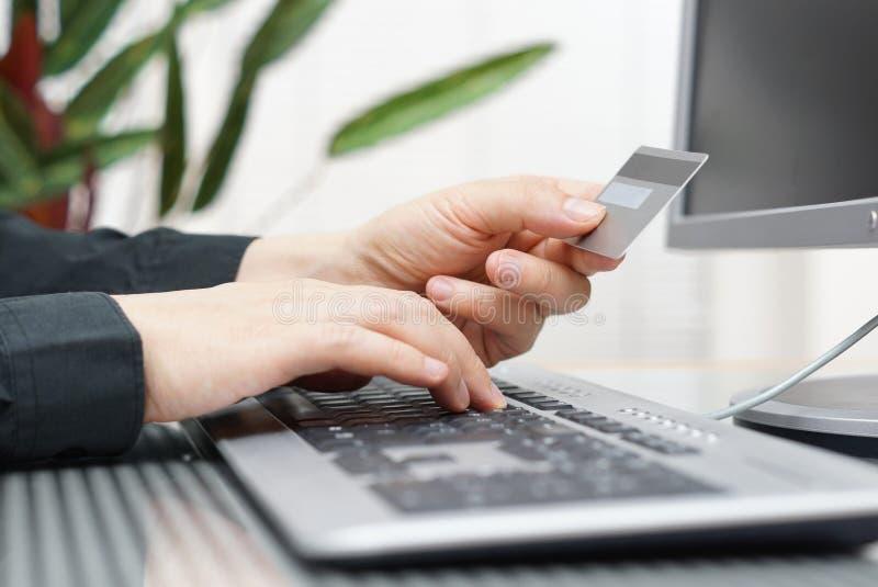 Το άτομο χρησιμοποιεί την πιστωτική κάρτα και τον υπολογιστή για τη σε απευθείας σύνδεση πληρωμή στοκ φωτογραφίες με δικαίωμα ελεύθερης χρήσης