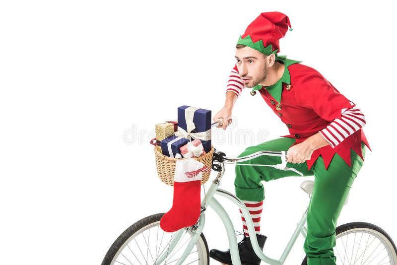 το άτομο Χριστουγέννων νεραιδών ποδήλατο και τις μεταφορές κοστουμιών στο οδηγώντας παρουσιάζει στο καλάθι που απομονώνεται στοκ εικόνα με δικαίωμα ελεύθερης χρήσης