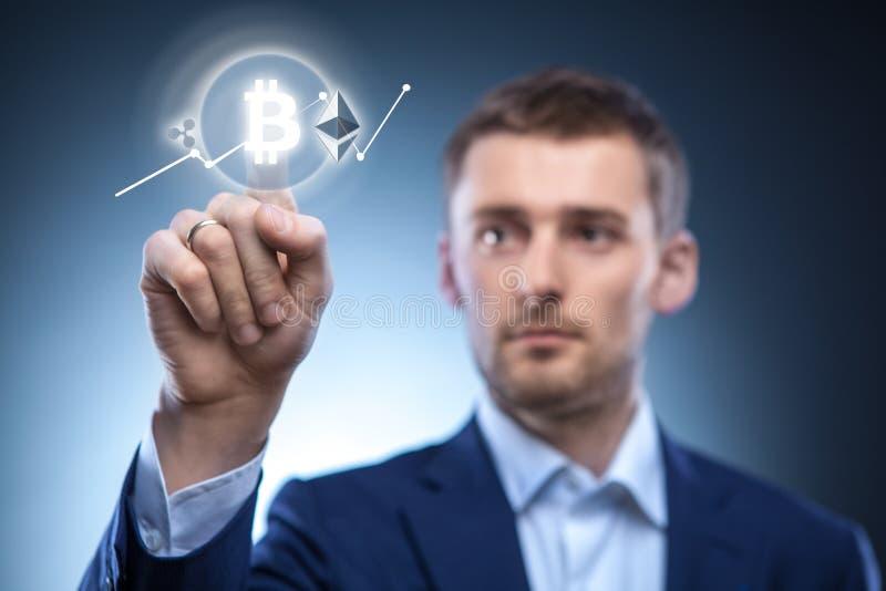 Το άτομο χτυπά το εικονίδιο Bitcoin στην εικονική οθόνη στοκ φωτογραφία