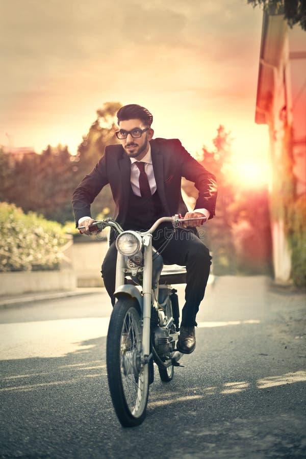 Το άτομο Busniss είναι motorcycling στοκ εικόνες