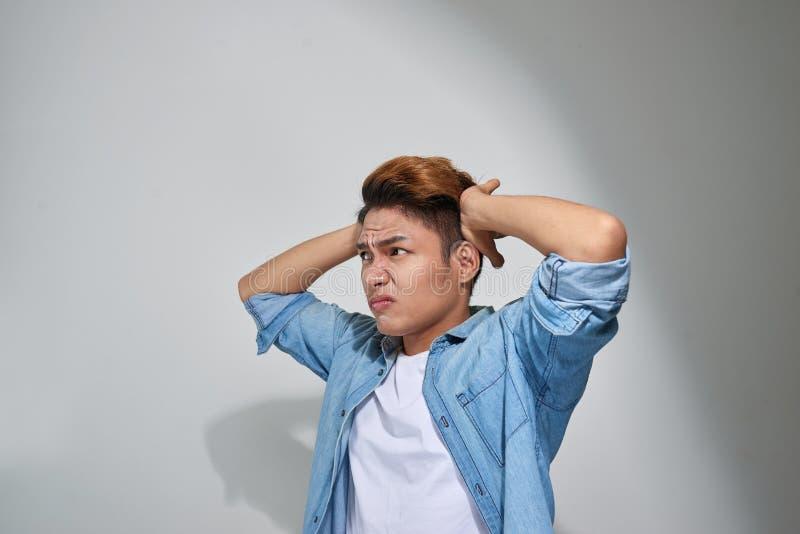 Το άτομο Displeased που συνδέει τα αυτιά με τα δάχτυλα doesn ` τ θέλει να ακούσει στοκ εικόνες