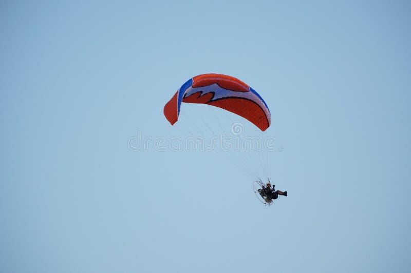 Το άτομο paramotor με το υπόβαθρο μπλε ουρανού στοκ φωτογραφία με δικαίωμα ελεύθερης χρήσης