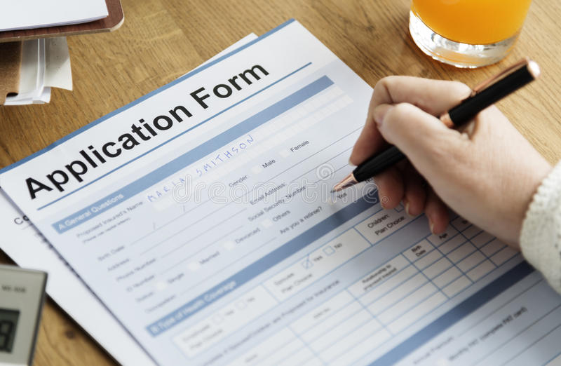 Το έγγραφο αίτησης υποψηφιότητας γεμίζει την έννοια γραψίματος στοκ φωτογραφία