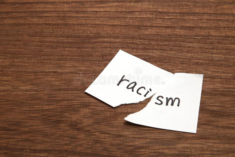 Το έγγραφο που γράφεται ως ρατσισμός είναι σχισμένο στο ξύλο Έννοια της κατάργησης της φυλετικής διάκρισης στοκ φωτογραφίες με δικαίωμα ελεύθερης χρήσης