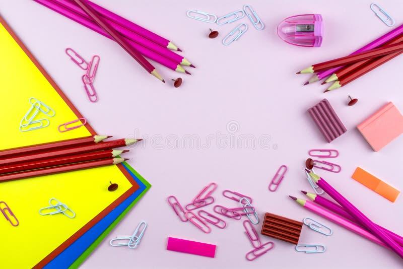 Το έγγραφο των διαφορετικών χρωμάτων, χαρτικά του ρόδινου και κόκκινου χρώματος βρίσκεται σε ένα ρόδινο υπόβαθρο στοκ φωτογραφία με δικαίωμα ελεύθερης χρήσης