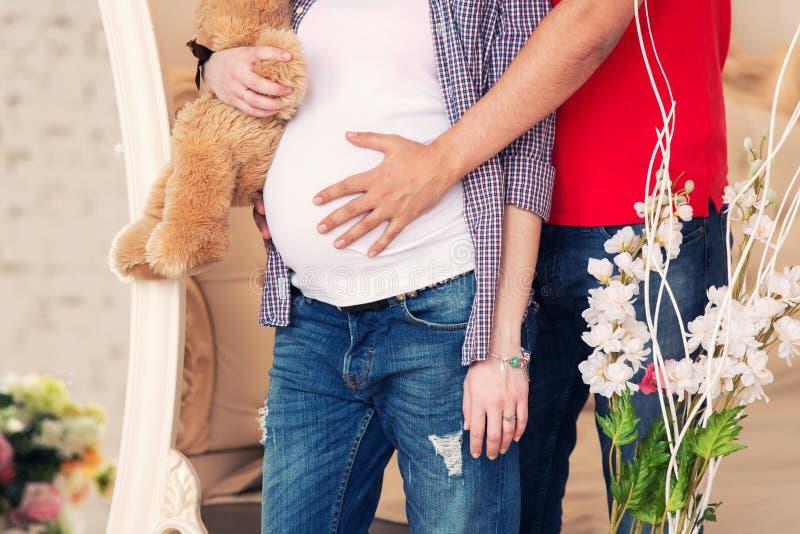 Το έγκυο κορίτσι και teddy αντέχει στοκ φωτογραφία με δικαίωμα ελεύθερης χρήσης