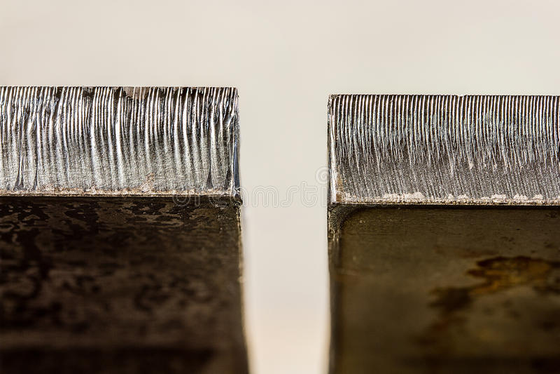 Το λέιζερ έκοψε τη διαφορά ακρών μεταξύ μισού παχιού καυτού ίντσας - κυλημένος ste στοκ φωτογραφία με δικαίωμα ελεύθερης χρήσης