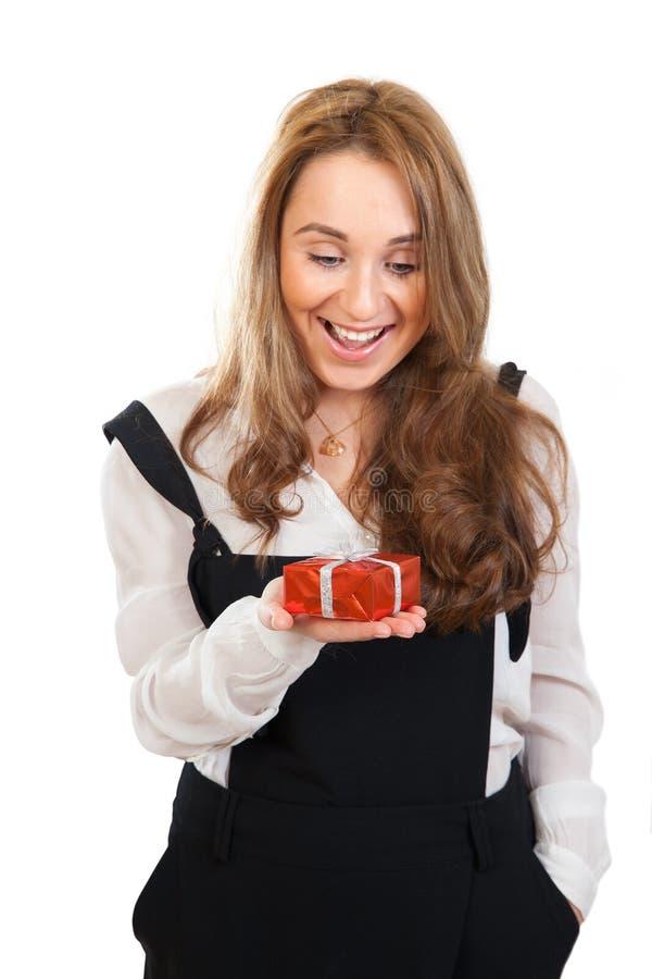 Το έκπληκτο κορίτσι κρατά το δώρο στοκ εικόνες