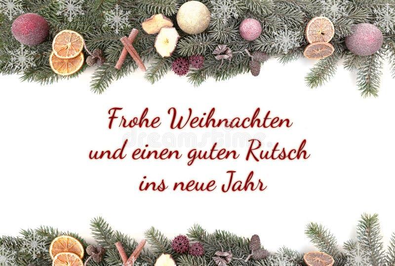 Το έλατο Χριστουγέννων διακλαδίζεται με το χιόνι που απομονώνεται στο άσπρο κλίμα με τη Χαρούμενα Χριστούγεννα κειμένων και μια κ στοκ εικόνα