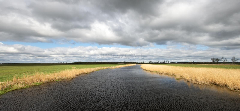 το έμβλημα καλύπτει το πανοραμικό ύδωρ θύελλας ποταμών πανοράματος στοκ εικόνα με δικαίωμα ελεύθερης χρήσης