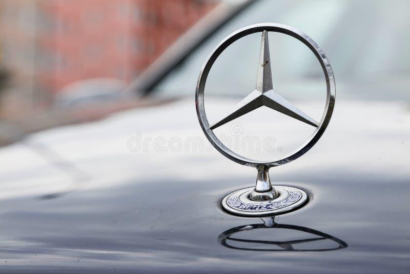 Το έμβλημα χρωμίου του αυτοκινήτου της Mercedes-Benz σε μια κουκούλα στοκ φωτογραφία με δικαίωμα ελεύθερης χρήσης