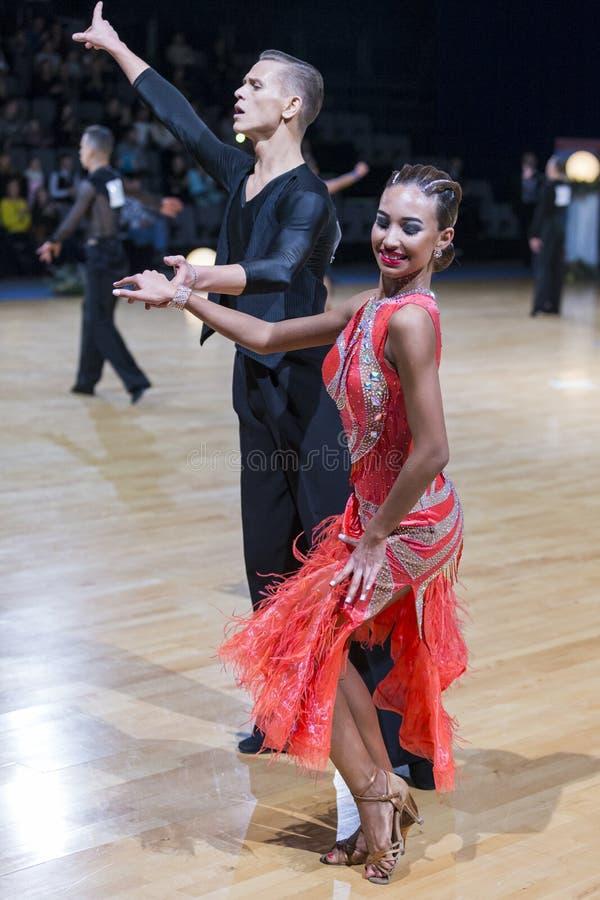 Το έξοχο αισθησιακό ζεύγος χορού εκτελεί το λατινοαμερικάνικο πρόγραμμα νεολαίας στοκ φωτογραφία με δικαίωμα ελεύθερης χρήσης