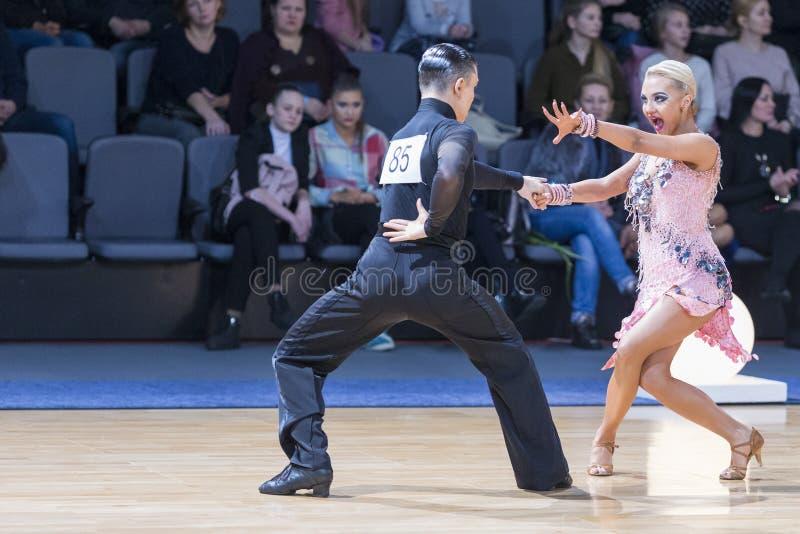 Το έξοχο εκφραστικό ζεύγος χορού εκτελεί το λατινοαμερικάνικο πρόγραμμα νεολαίας στοκ φωτογραφίες με δικαίωμα ελεύθερης χρήσης