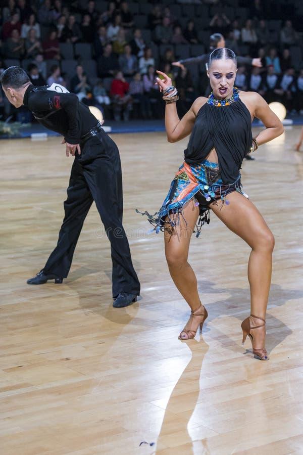 Το έξοχο εκφραστικό ζεύγος χορού εκτελεί το λατινοαμερικάνικο πρόγραμμα νεολαίας στοκ εικόνες