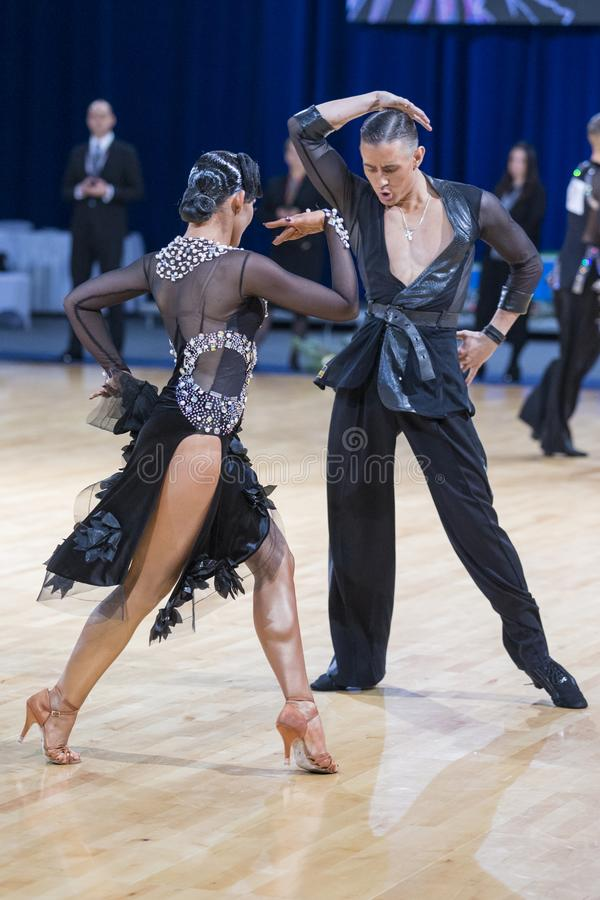 Το έξοχο εκφραστικό ρομαντικό ζεύγος χορού εκτελεί το λατινοαμερικάνικο πρόγραμμα νεολαίας στοκ φωτογραφίες με δικαίωμα ελεύθερης χρήσης