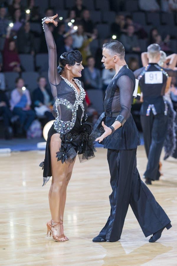 Το έξοχο ζεύγος χορού εκτελεί το λατινοαμερικάνικο πρόγραμμα νεολαίας στοκ εικόνες