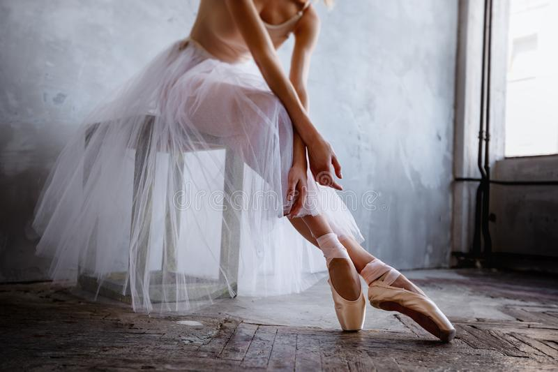 Το έξοχο λεπτό ballerina σε ένα μαύρο φόρεμα θέτει στο στούντιο στοκ εικόνα με δικαίωμα ελεύθερης χρήσης