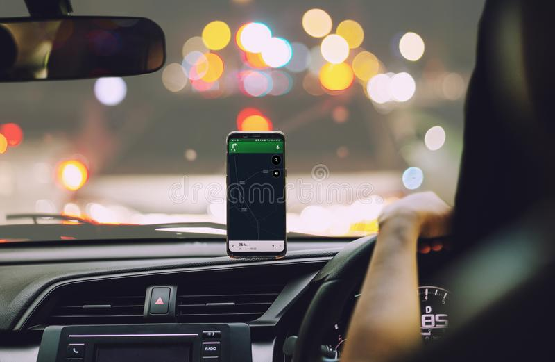 Το έξυπνο τηλέφωνο στο αυτοκίνητο μαγνητών τοποθετεί το ΠΣΤ τηλεφωνικών κατόχων στοκ φωτογραφίες με δικαίωμα ελεύθερης χρήσης