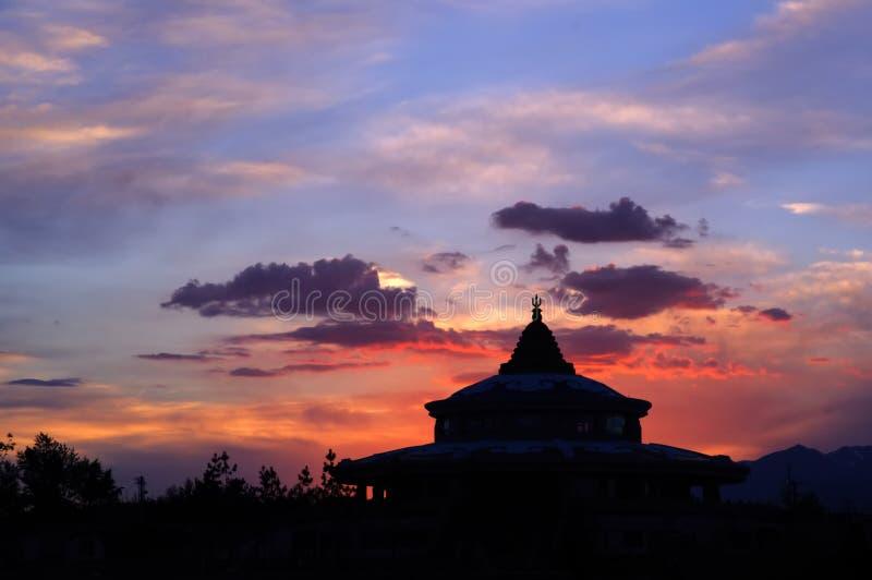 Το έπος του παλατιού Jangar στην πυράκτωση ηλιοβασιλέματος στοκ εικόνες