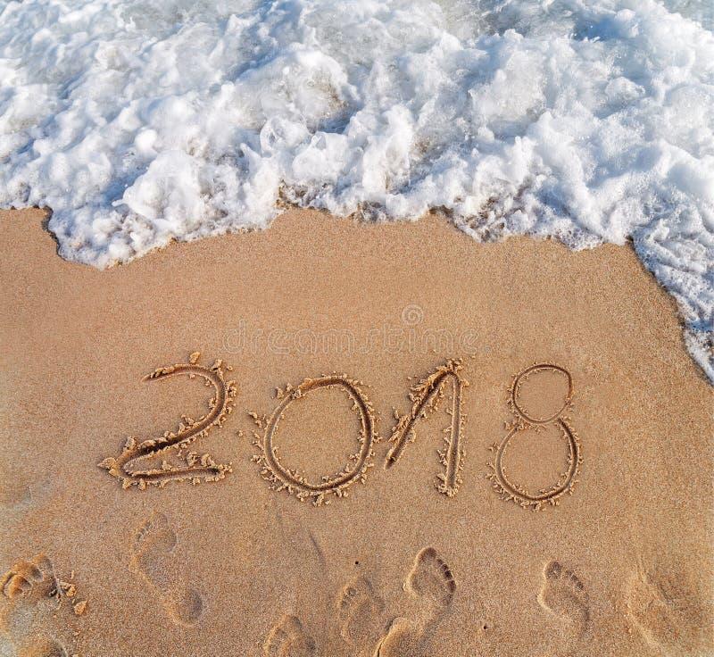 Το έτος 2016 που γράφεται στην άμμο σε νέο ετησίως παραλιών έρχεται στοκ εικόνα με δικαίωμα ελεύθερης χρήσης