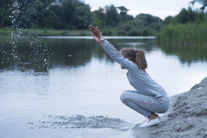 Το έφηβη κάθεται στη λίμνη στοκ εικόνες με δικαίωμα ελεύθερης χρήσης