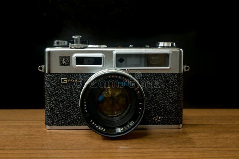 Το ήλεκτρο 35 GS Yashica καμερών αποστασιομέτρων μια από τη διάσημη 35mm ιαπωνική κάμερα ταινιών στη δεκαετία του '70 της δεκαετί στοκ εικόνες με δικαίωμα ελεύθερης χρήσης