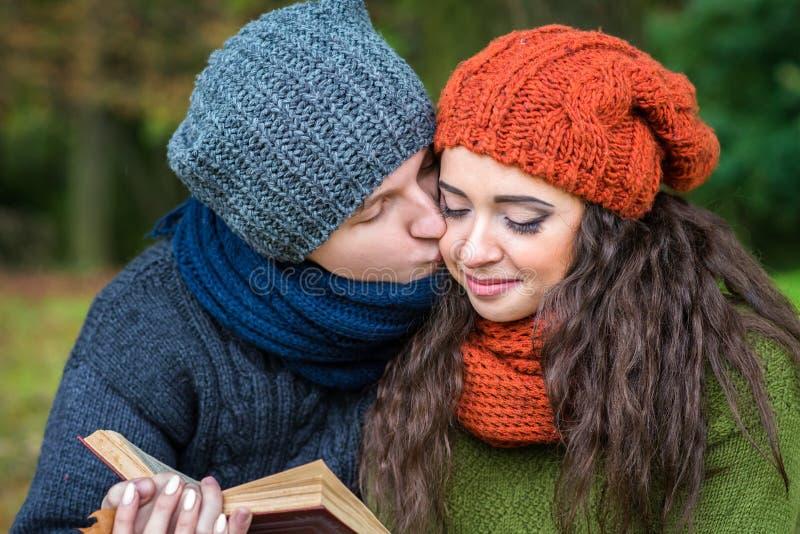 Το αγαπώντας ζεύγος διαβάζει ένα βιβλίο στοκ φωτογραφία με δικαίωμα ελεύθερης χρήσης