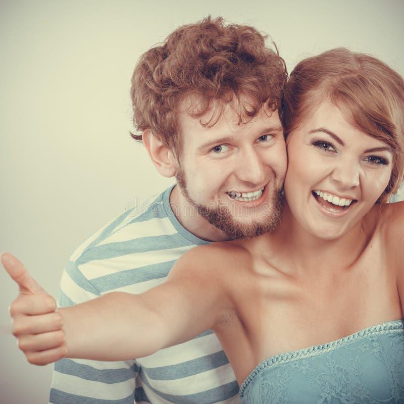 Το αγαπώντας κορίτσι ζευγών κρατά τον αντίχειρα επάνω στη χειρονομία στοκ εικόνα με δικαίωμα ελεύθερης χρήσης
