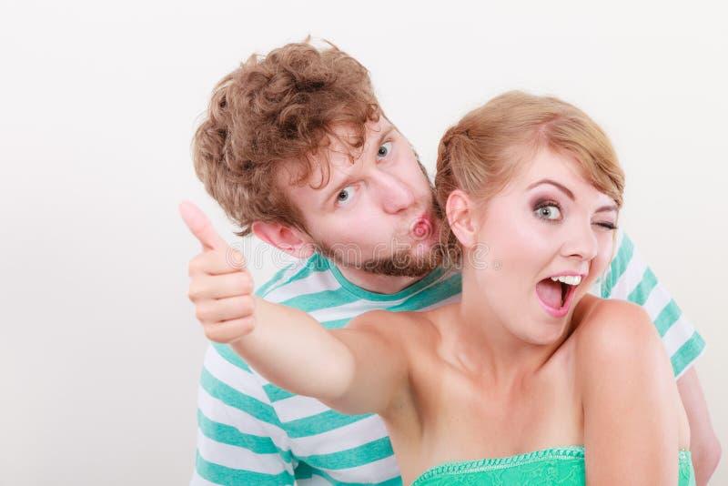 Το αγαπώντας κορίτσι ζευγών κρατά τον αντίχειρα επάνω στη χειρονομία στοκ φωτογραφίες