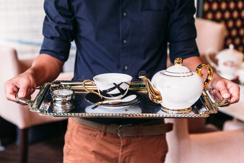 Το αγγλικό εκλεκτής ποιότητας άσπρο, χρυσό και μαύρο τσάι πορσελάνης θέτει τη συμπερίληψη teapot, φλυτζανιών τσαγιού, πιάτων, κου στοκ φωτογραφία