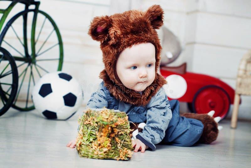 Το αγοράκι έντυσε ως αρκούδα στοκ φωτογραφία με δικαίωμα ελεύθερης χρήσης