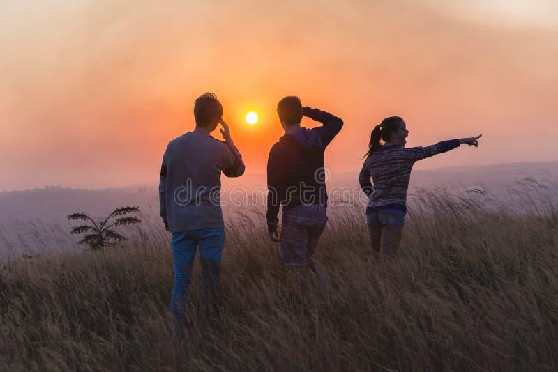 Το αγροτικό ηλιοβασίλεμα ανθρώπων εξερευνά στοκ φωτογραφίες με δικαίωμα ελεύθερης χρήσης